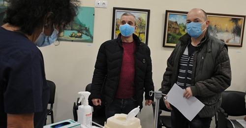 Д-р Попов – първият имунизиран в КОЦ- Бургас: Това е шанс за нас, здравеопазване без лекари не може  burgasinfo.com
