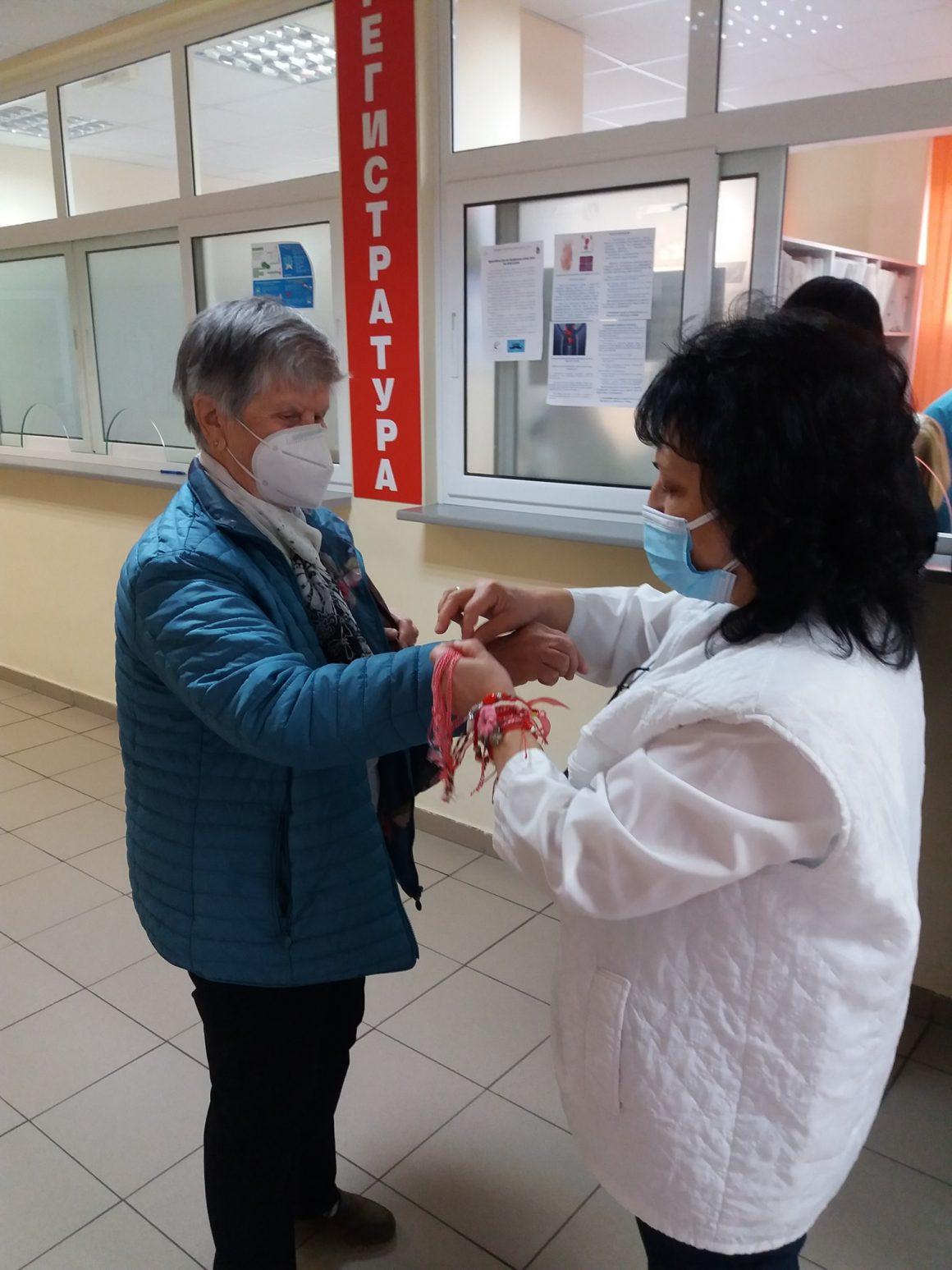 Комплексен Онкологичен Център –Бургас посреща Баба Марта с изненада -мартеница за всеки свои пациент.
