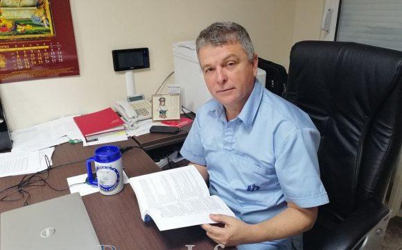 Болничен шеф от Бургас, служил на самолетоносач и подводница, спасява животи на моряци и пътешественици с ценни съвети в първото ръководство по морска медицина